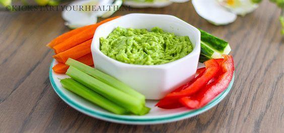 Deze gezonde dipsaus op basis van avocado is eenvoudig en snel te bereiden. Glutenvrij, zuivelvrij en suikervrij! Heerlijk met groente sticks of nacho's!