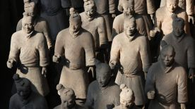 Terracotta warriors stand in rows at the excavation site located on the outskirts of the Chinese city of Xian October 14, 2009. The famous warriors date from over 2,000 years ago, and were first unearthed in 1974 and are considered to be one of the most important archaeological finds of recent times. Picture taken October 14, 2009.           REUTERS/David Gray       (CHINA SOCIETY TRAVEL) - RTXPNPI