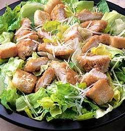 - 2 pechugas pollo - 2 manzanas - 1 naranja - 1/4 de piña natural - 1 lechuga iceberg - 1 lechuga hoja de roble - 2 tomates maduros - - ------------------- - Para la Salsa rosa: - 150 ml de mahonesa - 50 ml de ketchup - 50 ml de zumo de naranja natural - 1 chorrito de coñac
