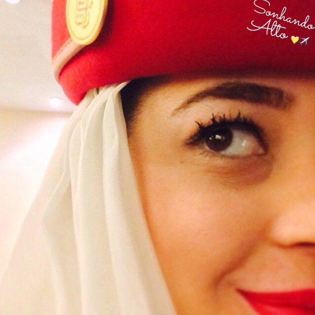 """Aeromoça Andressa Giano: - """"Meu nome é Andressa, tenho 23 anos e sou comissária da Emirates Airline. Ao contrário de muitos, meu sonho de voar só veio com 19 anos, quando meio que por acaso fui escolhida pela aviação. Trabalhava como livreira e tinha trancado a faculdade de letras e um cliente comandante me disse que eu deveria tentar. Fui atrás do  curso e me apaixonei! Tive sorte, muita. Logo que fiz minha ANAC fui chamada pela Azul para uma seleção e passei de primeira. Acredito muito que…"""