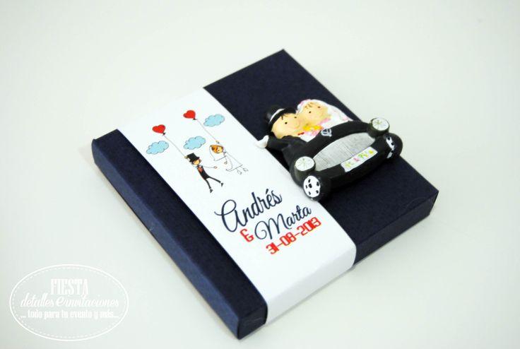 Detalle de boda imán novios en coche montado en caja-presentación y banda personalizada. Color de la caja y #diseño banda y dibujos personalizables.