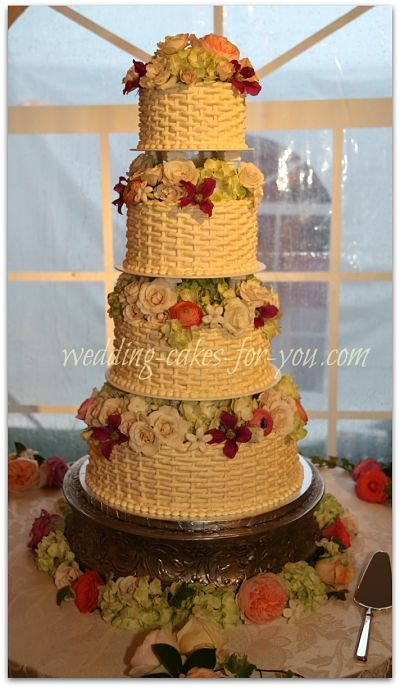 pineapple wedding cake a gorgeous basketweaved wedding cake with fresh flowers 18525