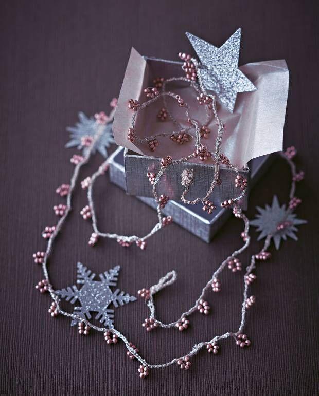 Aus silbernem Stickgarn und Perlen können Sie sich ganz einfach eine festliche Häkelkette selber machen. Oder als Geschenk für eine Freundin.