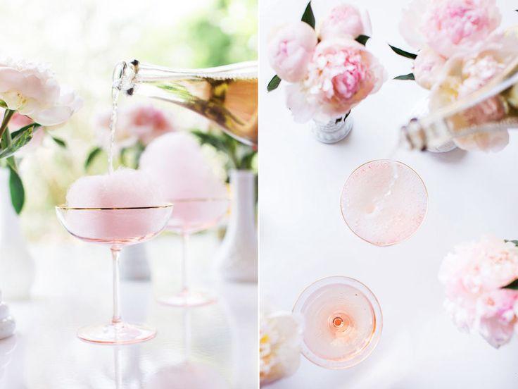 Så gör du champagnecocktail med fläder och sockervadd