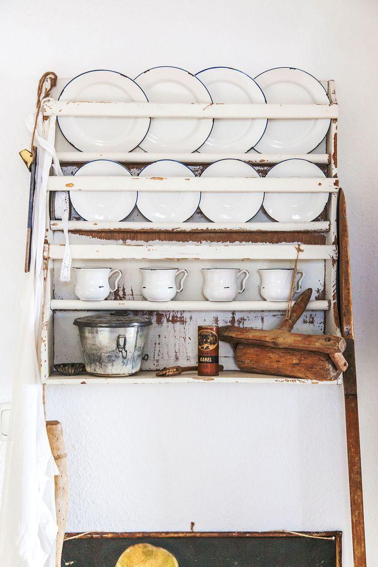 So wohnt der Norden: Auf Zeitreise mit Dagmar aus Husby - Förde Fräulein Shabby-Chic Vintage Antik Kreidefarbe Wohnen Interior geschirr Schrank