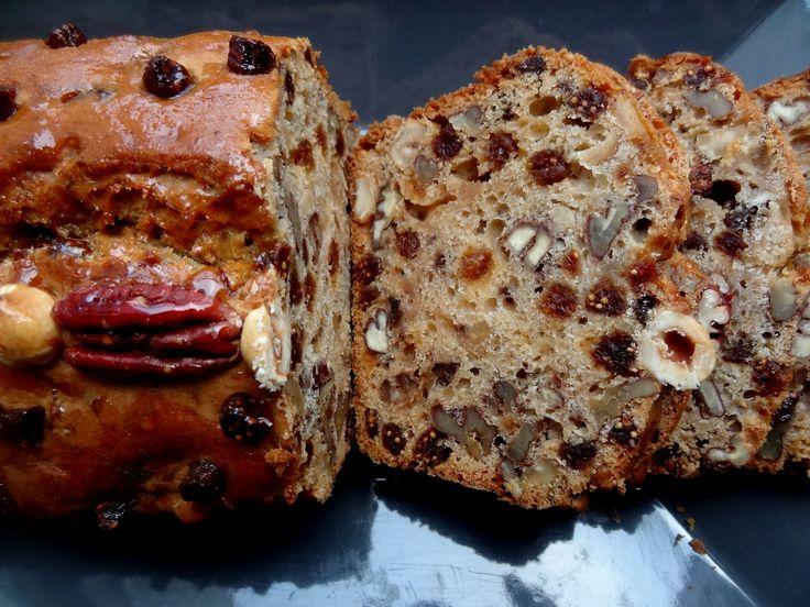 Ici une recette très facile de pain aux figues et noix d'Afrique du Sud. Extraordinaire pour des petits déjeuners gourmands et complets.