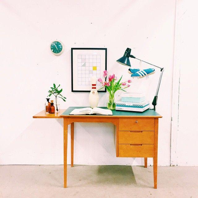 Lekfullt skrivbord med en grön/blå linoliumtopp på skivan. Praktisk utdragsskiva på ena kortsidan.