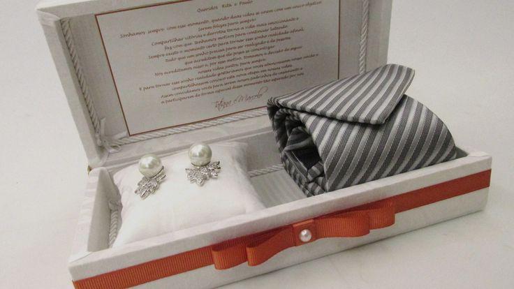 Caixa para convidar sua madrinha e padrinho de casamento.  Possui mensagem colada na tampa interna.  Incluso almofadinha para colocar a joia da madrinha.  Não incluso gravata e joia.  Medida 20x10x6cm