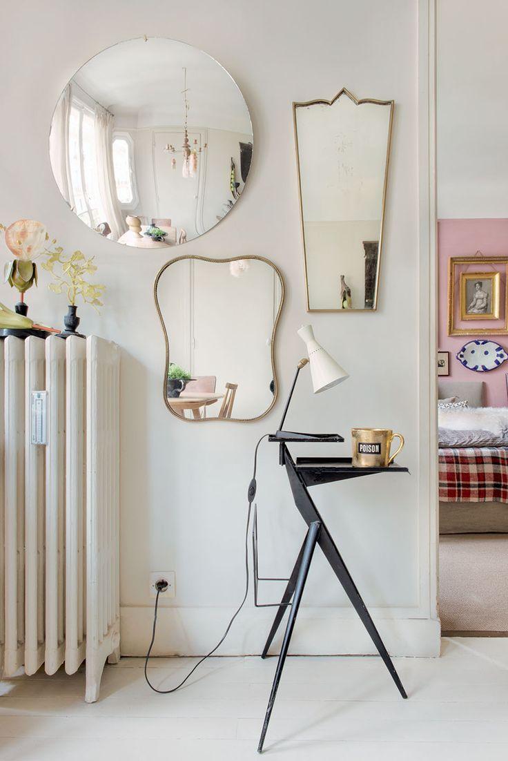Diferentes formas diferentes espejos sobre una pared y mucha luz