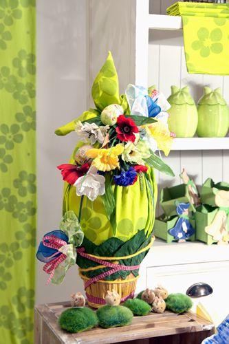 Uovo di cioccolato di design campagnolo: una molteplicità di colori che si sposano ad arte, trovando la giusta calibratura.