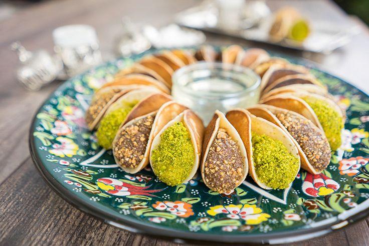 Atayef  Arabische orientalische gefüllte Pfannkuchen