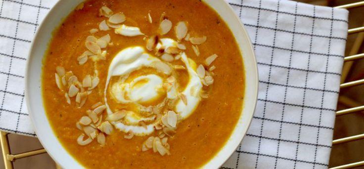 Recept: Pompoensoep met wortel en kokosmelk 2 wortels of 1 grote winterpeen, in blokjes gesneden 400 gram pompoen, geschild en in blokjes gesneden 4 eetlepels olijfolie 1 ui of 2 sjalotjes, gesnipperd 2 tenen knoflook, fijngehakt 500 ml groentebouillon 400 ml kokosmelk Peper&zout Geroosterd amandelschaafsel, als garnering yoghurt, als garnering