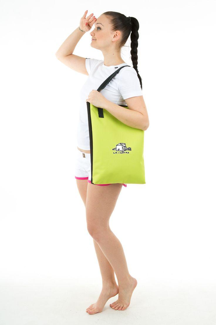 UAX taška URBAN je spojením originálního designu a účelového střihu. Taška URBAN je vhodná ke každodennímu nošení například nákupu, a přináší také pohodlné nošení. Taška URBAN je vyrobena z nepromokavého materiálu Kortexinu. Na čelní stranu tašky si můžete vybrat jeden z originálních potisků s optimistickým pohledem na svět.