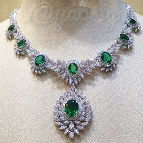 Exquisite diamond and emerald necklace (=)