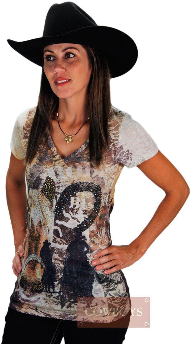 """Blusinha Cowgirl de Renda com Strass   Blusinha manga curta, tecido 92% nylon e 2% lycra, detalhes em Renda, média elasticidade e decote em """"v"""". Estampa com desenho de cavalos, cowgirls e ferradura. Brilhos e pedrarias na parte frontal da blusa. Peça importada, exclusiva, que você encontra aqui nas Lojas Cowboys."""