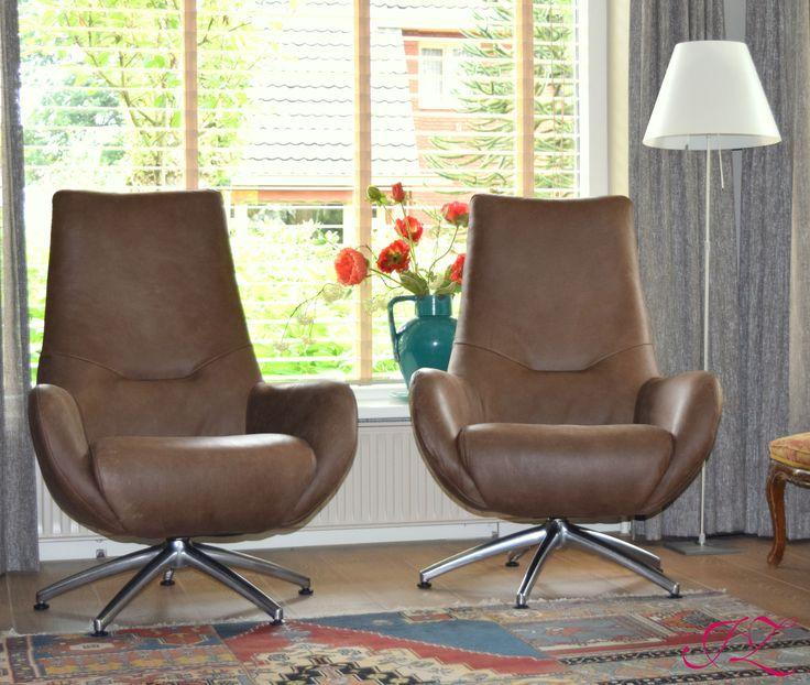 Deze draai fauteuils zitten heerlijk en zijn in verschillende stoffen te verkrijgen / ook met vaste poten - Jannetta van der Ziel