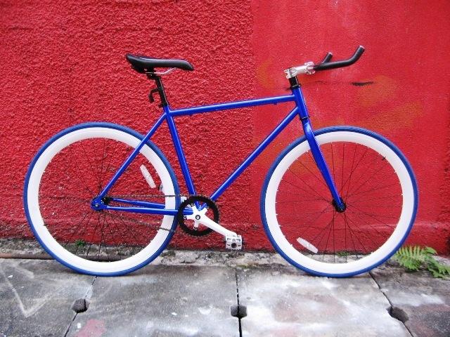 la bicicletta a scatto fisso (senza freni) è un modo rivoluzionario di pedalare e muoversi per la città. ma soprattutto è un oggetto di design. bellissima nelle linee e nei colori. personalizzabili da chi le compra. un oggetto di culto, da esibire.