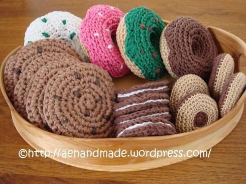 Free Crochet Pattern for Doughnuts / Donuts here: http://cache.lionbrand.com/printablePatterns/80114AD.pdf