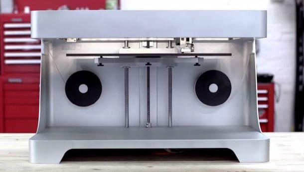 Mark One: impresora 3D que produce piezas más resistentes que el aluminio 6061. Markforged es la firma que está detrás de la impresora 3D Mark One, un potente aparato capaz de fabricar objetos con tres tipos de resistentes materiales. Su tecnología de dos cabezales permite la producción con filamentos de fibra de carbono, de fibra de vidrio, incluso con material Kevlar. Damos las características más importantes de esta máquina, y un vídeo de presentación.  #Máqui