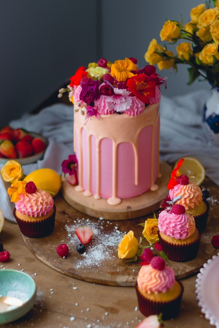 yellow and Pink Lemonade Cake with Peach Filling | Historias del Ciervo