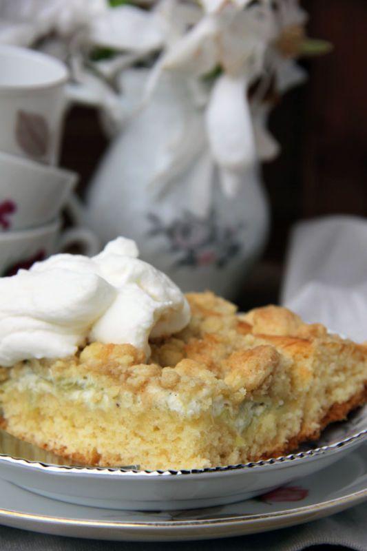 Dieser Rhabarberkuchen wird auf dem Blech gebacken und wird mit Schmand gebacken, damit er besonders saftig wird. Einfacher Rhabarberkuchen vom Blech.
