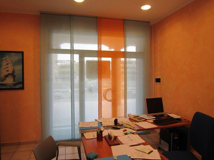 Tende per ufficio a pannelli in in due colori ed in tessuto ignifugo