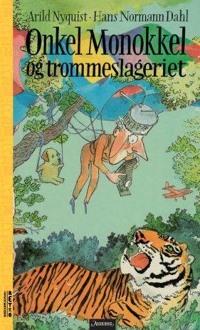 """""""Onkel Monokkel og trommeslageriet"""" er en klassiker i norsk barnelitteratur. Den kommer nå på ny i serien Aschehoug Retro, som er gjenutgivelser av barnebokklassikere for en ny generasjon lesere. Boken er fantasifullt illustrert av Hans Normann Dahl."""