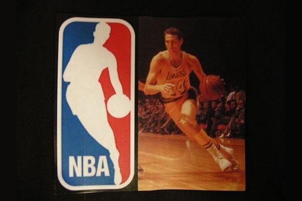 Siluet dalam logo NBA adalah Jerry West, salah satu pemain basket legendaris.