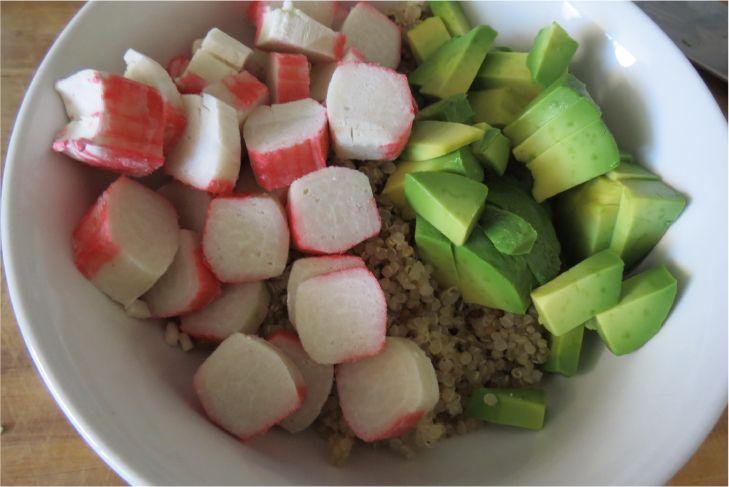 Tiempo de preparación: 5 minutos Dificultad: fácil Porciones: 1 4 cucharadas de quinoa cocida 1/2 palta picada en cuadraditos 2 kanikama cortados en cuadraditos 2 cucharadas de soya Mezclar todos l…