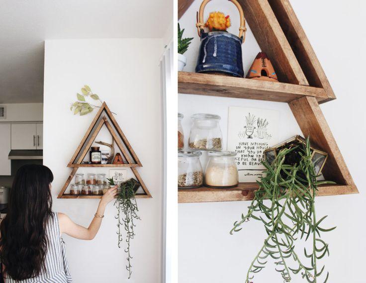 estande de madeira triangular