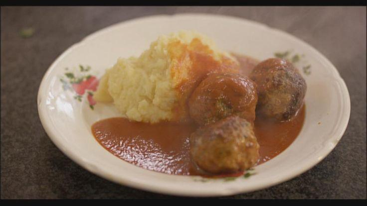 Balletjes in tomatensaus, da's wellicht één van de allerlekkerste gerechten uit onze Vlaamse keuken. Voor de tomatensaus heb je wel heel wat ingrediënten nodig, want alleen zo krijgt de saus heel veel smaak. Dat is het geheim van een top-tomatensaus.Gehaktballetjes maken is helemaal niet moeilijk, en als je de twee nadien samenbrengt in één pot dan is het pas echt smullen geblazen! De balletjes smaken heel lekker met bv. verse aardappelpuree, maar dat kunnen net zo goed frietjes of rijst…
