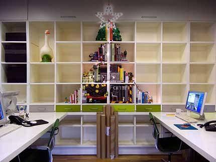 街中にはクリスマスツリーが飾られ、キラキラと輝くイルミネーションも見られるようになってきました。家の中に飾るサンタクロースやスノーマンのアイテムをクローゼットから出してきた人もいるでしょう。 でも、家の中にクリスマスツリーを飾るのはスペース的に難しい、もしくはクリスマスが終わってから収納しておく場所がない、などと諦めている人もいるのでは?そこで『ツリー』を使わない、クリスマスツリーのアイディアをご紹介します! 1.壁にオーナメントを貼る 出典:http://woman-lifeinfo.com 本来ツリーに飾る用のオーナメントを直接壁に貼るアイディアです。段ごとにオーナメントの種類を揃えることで、統一感を出すことができます。 2.木の枝のクリスマスツリー 出典:http://www.konetacho.com 木の枝を壁に貼り、クリスマスツリーのように見せるアイディア。ライトを灯すことでよりツリーっぽくオシャレに見せることができます。 3.本を積み重ねる 出典:http://howpa.jp…