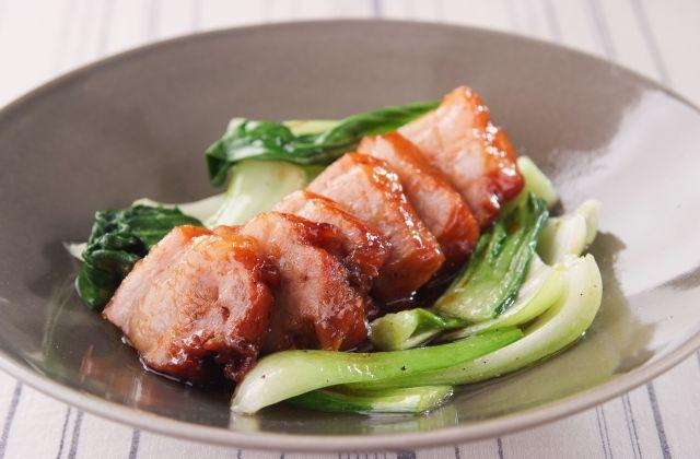 みんな大好きな角煮。箸で切れるほどやわらかく、見た目もきれいに仕上がるレシピを大公開!ポイントは、豚肉を煮る前にじっくり揚げること。そうすることで煮崩れせず、うまみも外…