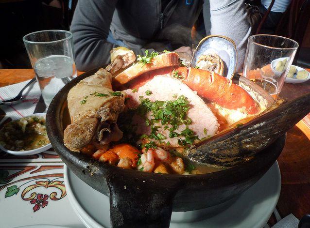 El curanto de olla es mariscos al vapor, carnes, pan de patata y verduras. Es tradicionalmente una celebración o fiesta de plato. Lo que solía hacerse en bajo la tierra. -CK