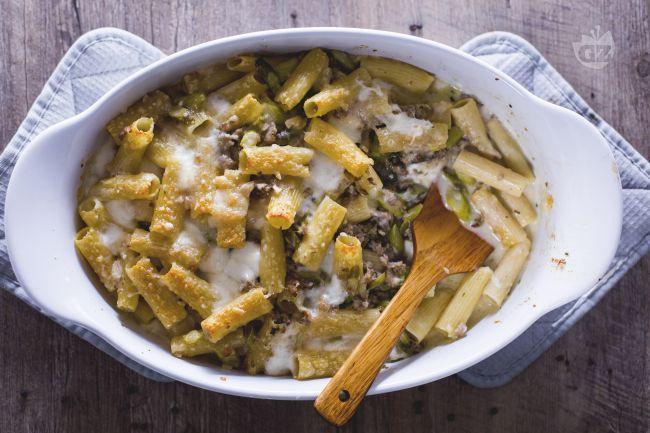 Il pasticcio di asparagi è un primo piatto saporito  con rigatoni conditi con salsiccia e asparagi, una ricetta perfetta per il pranzo della domenica!