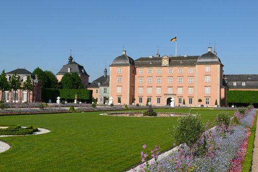 Gartenseite von Schloss Schwetzingen mit Gartenpavillon