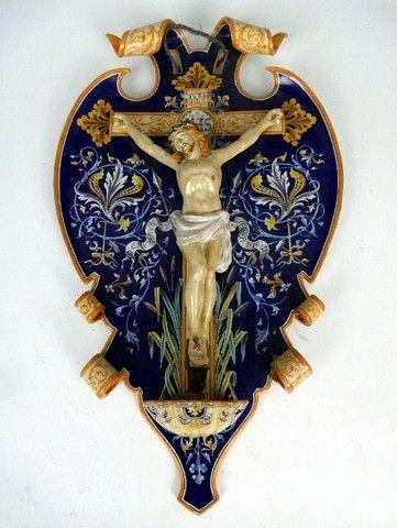 BLOIS – ULYSSE  Bénitier en faïence polychrome à fond bleu représentant un Christ sur la croix