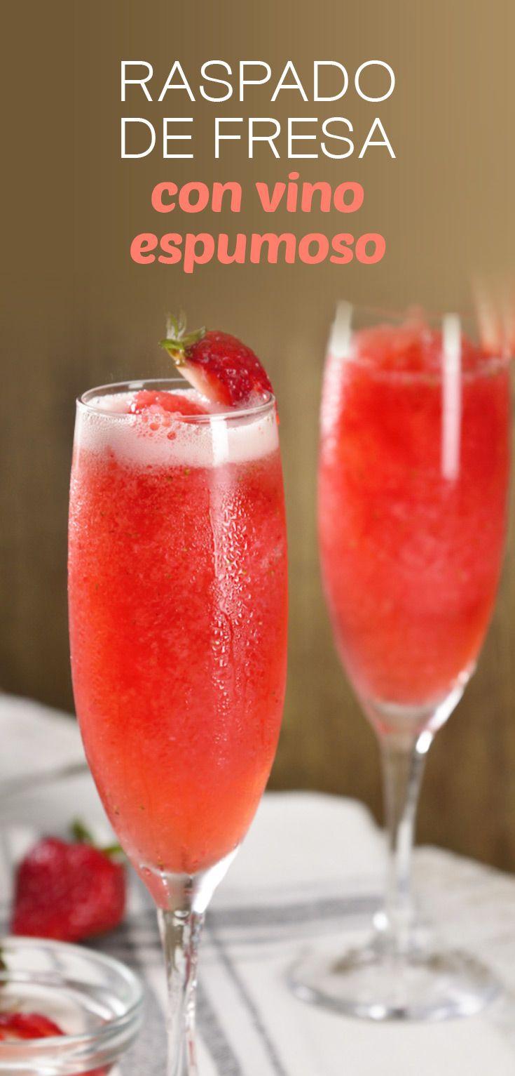 Este verano refresca tu día con este delicioso coctel de fresa. Es un rico raspado de deliciosas fresas y tiene un toque efervescente por el vino espumoso que lo acompaña, seguramente se convertirá en tu favorito.