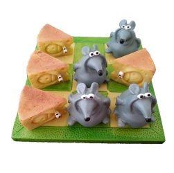 Superleuk boter, kaas en eieren spel! Het ontwerp van een speelbord met grappige muizen en kazen. Het spel is niet alleen leuk om te spelen, maar is ook een erg leuke woonaccessoire. Spraakmakend en onderhoudend. Ook erg leuk om cadeau te geven.  * materiaal: polyresin * afmeting speelbord 11 x 11 cm. * 4 kazen en 4 muizen als speelfiguren