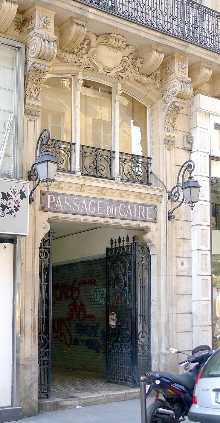 Paris II (5/6) - Rue Saint-Denis : entrée sud du passage du Caire .