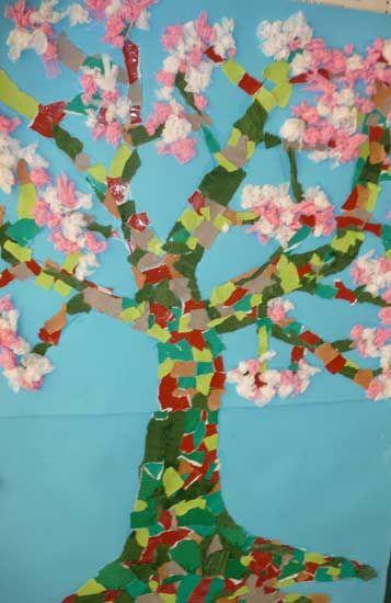 arbre au printemps en papier de soie à l'école maternelle