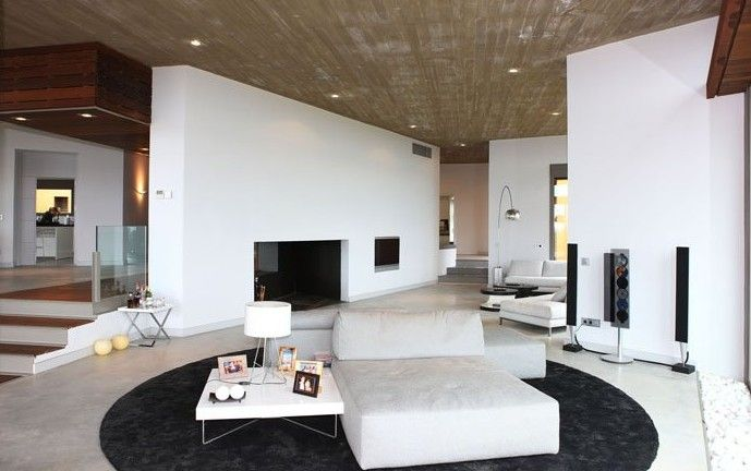 schwarz-weißes-wohnzimmer-modern-mit-betondecke-und-offenem