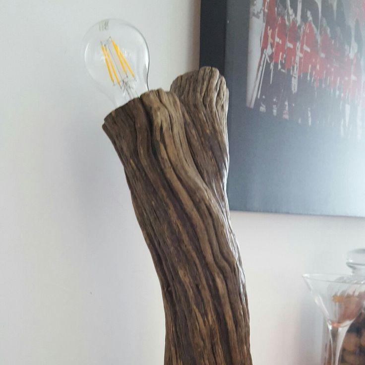 Lampada in legno lavorata a mano