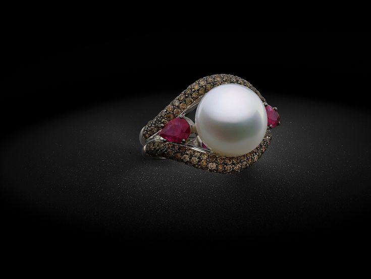 Anel em ouro brancos com diamantes brown, rubis e pérola South Sea botão - Julio Okubo - Vogue | Joias