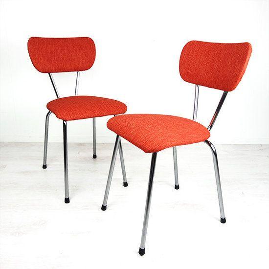 Oranje keukenstoeltjes. De stoeltjes zijn opnieuw gestoffeerd met een oranje stofje, zodat ze er weer zo goed als nieuw uitzien. De stoeltjes hebben een buizen frame.  Staat: goede vintage staat....