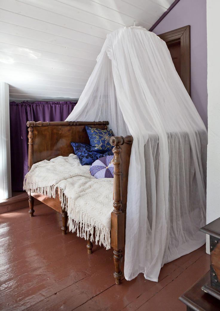 Katossänky ja maalattu lautalattia. 70's armchair remade turquoise. Canopy bed and painted wood floor. | Unelmien Talo&Koti Toimittaja: Anette Nässling Kuva: Toni Härkönen