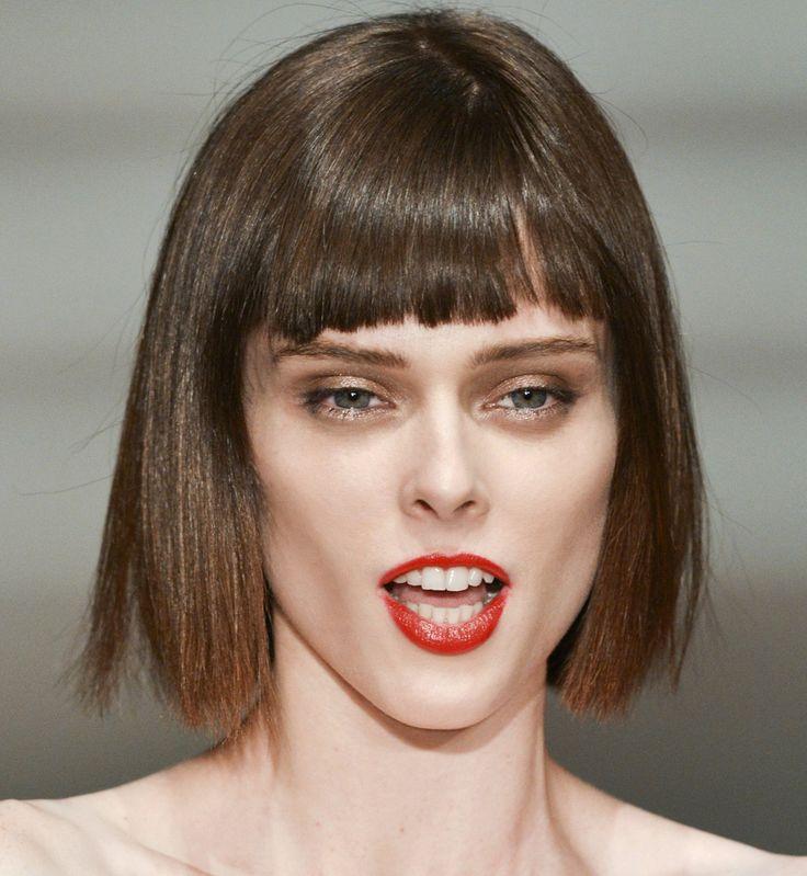Toutes les coupes qui donnent du volume aux cheveux fins | Coupe visage carre, Carré court ...