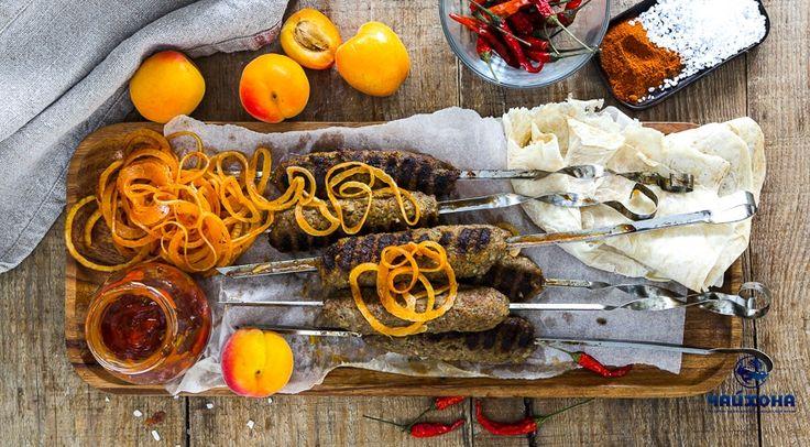 Люля-кебаб по-узбекски Ингредиенты Для томатного соуса: лук среднего размера щепотка молотого черного перца 1 кг ягнятины соль щепотка паприки 15-20 г курдючного жира помидор 30 г свежей кинзы щепотка семян кинзы чеснок – 1 зубчик Для гарнира: 750 г репчатого лука соль и стручок острого красного перца (по вкусу) Приготовление Шаг 1 Мясо промыть в холодной воде и промокнуть бумажным полотенцем. Затем удалить ножом пленки и крупные сухожилия, нарезать кусками. Шаг 2 Пропустить куски мяса через…