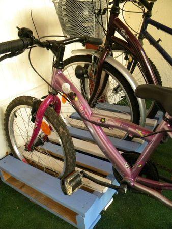 Paletten als Fahrrad-Parkplatz scheinen eine gute (und preiswerte) Idee zu sein.