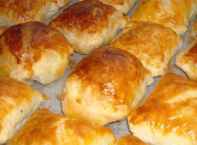 Φτιάξτε τα είναι νόστιμα όλες τις ώρες!  Υλικά  2 αυγά 1 γιαούρτι τριμμένο κιτρινο τυρί( όση ποσότητα θέλετε) 8 φέτες μπέικον 1 κόκκινη φαρίνα γιώτης 1 μπολάκι αραβοσιτέλαιο ή ελαιόλαδο   Εκτέλεση  χτυπαμε το λαδι με το γιαουρτι να γινουν ενα καλο μειγμα  προσθετουμε τα αυγα